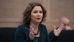 عضو الكنيست ميخال روزين (ميرتس) خلال حضورها لإجتماع لجنة في النيست، 14 ديسمبر 2015 (Yonatan Sindel/Flash90)