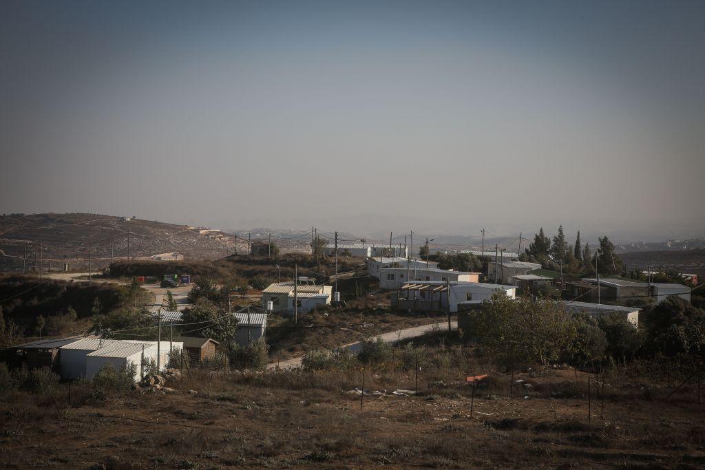 منازل نقالة في بؤرة عامونا الاستيطانية في الضفة الغربية، 6 اكتوبر 2016 (FLASH90)