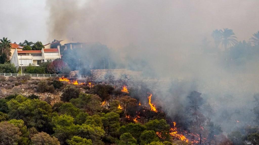 رجال اطفاء اسرائيلية تحاول اخماد حريق اندلع بجوار بلدة زيخرون يعكوف، 22 نوفمبر 2016 (Meir Vaaknin /Flash90)