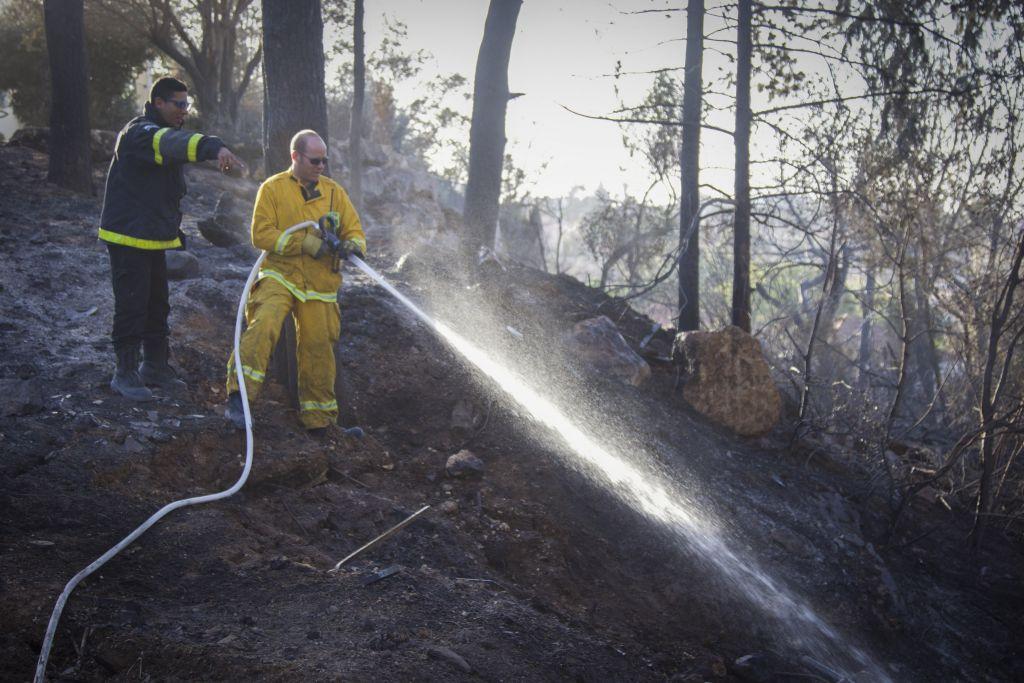 رجال اطفاء يحاولون اخماد حريق اندلع في زيخرون يعكوف، 23 نوفمبر 2016 (Doron Horowitz/Flash90)