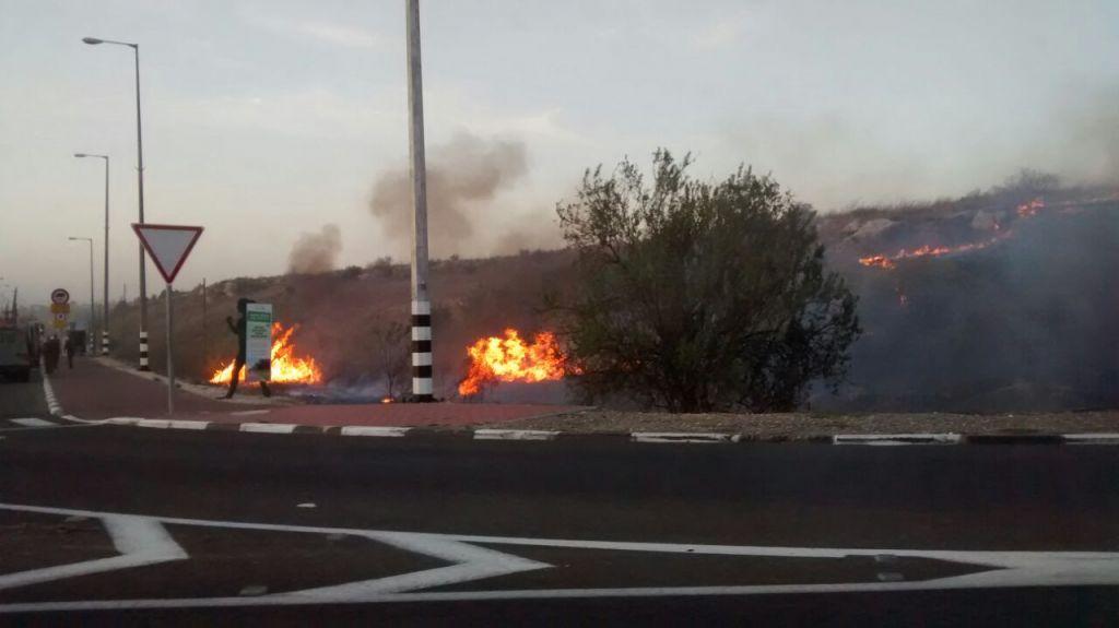 حرائق بالقرب من مفرق سيلات على شارع 443 بالقرب من موديعين، 24 نوفمبر 2016 (Raoul Wootliff/ Times of Israel)