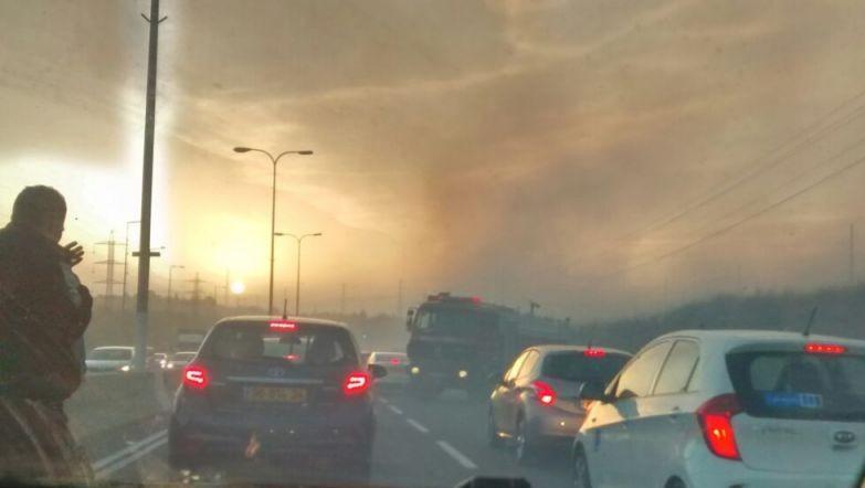 دخان ناتج عن حرائق بالقرب من مفرق سيلات على شارع 443 بالقرب من موديعين، 24 نوفمبر 2016 (Raoul Wootliff/ Times of Israel)