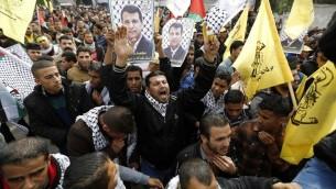 انصار القائد في حركة فتح محمد دحلان يهتفون خلال مظاهرة في مدينة غزة، 18 ديسمبر 2014 (AFP/Mohammed Abed)