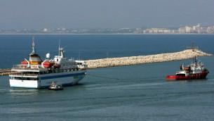 قارب يجر سفينة المافي مرمرة اثناء مغادرتها ميناء حيفا، 5 اغسطس 2010 (Herzl Shapira/Flash90/File)