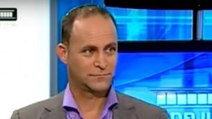المحامي غيل فريدمان، الذي يدافع عن احد المقربين من نتنياهو المهم بالعنف والاعتداء الجنسي، نوفمبر 2016 (YouTube screenshot)
