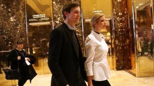 ابنة الرئيس المنتخب دونالد ترامب، ايفانكا، تمشي مع زوجها جاريد كوشنير في برج ترامب في نيويورك، 18 نوفمبر 2016 (Spencer Platt/Getty Images/AFP)