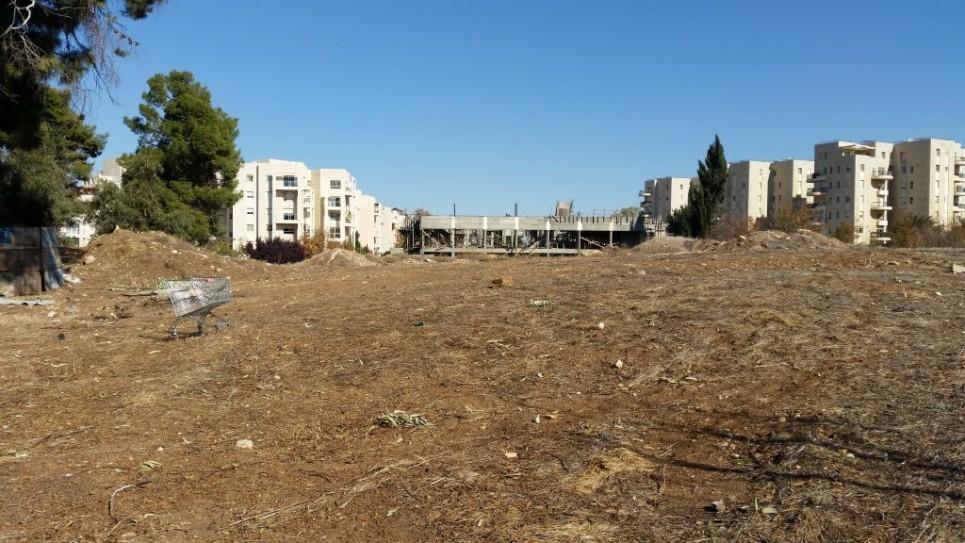 قطعة الأرض في القدس التي عُرفت في السابق بإسم 'ثكنات ألنبي'، الموقع المحتمل للسفارة الأمريكية. (Raphael Ahren/TOI)