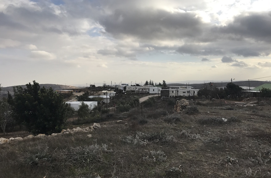 صورة للمنازل المتنقلة في بؤرة عامونا الإستيطانية في الضفة الغربية، 13 ديسمبر 2016 (Andrew Tobin/JTA)