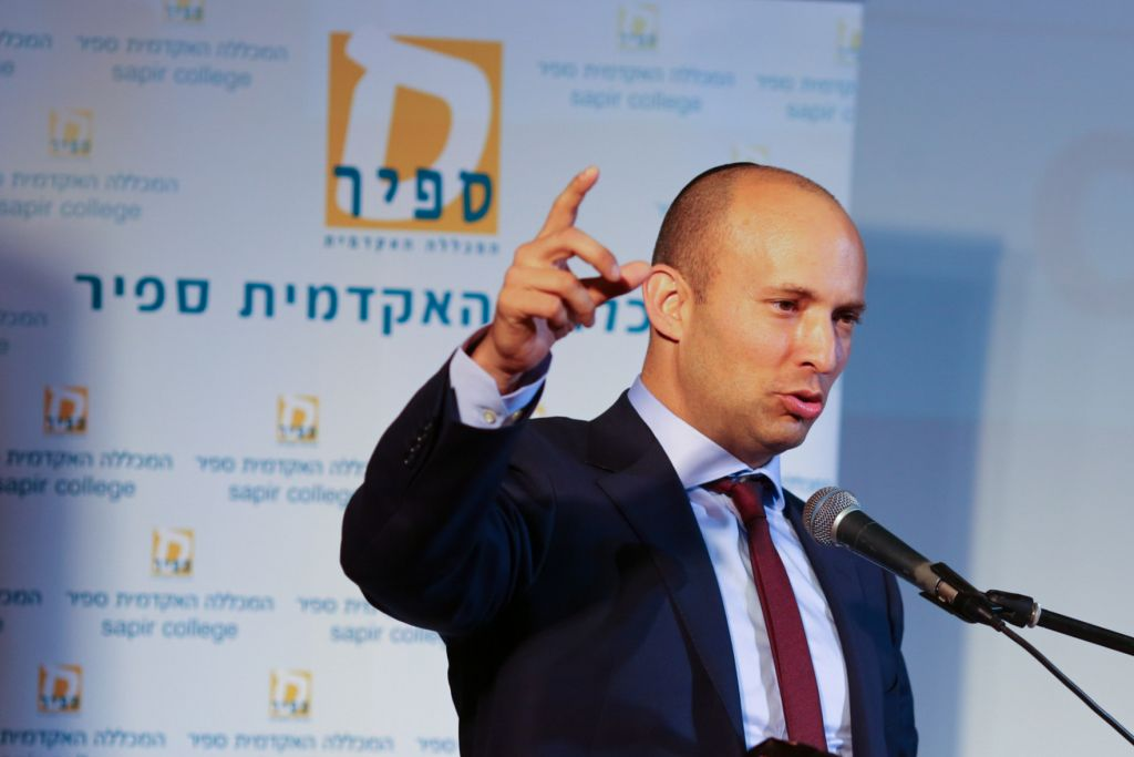 وزير المعارف نفتالي بينيت يتحدث خلال مؤتمر سديروت للمجتمع في كلية سابير في جنوب اسرائيل، 30 نوفمبر 2016 (Flash90)
