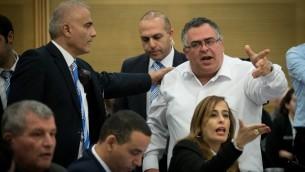 حراس يخرجون عضو الكنيست دافيد بيتان خلال اجتماع لجنة في الكنيست لتباحث الادعاءات ضد عضو الكنيست من القائمة العربية باسل غطاس، 21 ديسمبر 2016 (Yonatan Sindel/Flash90)