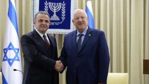 الرئيس الإسرائيلي رؤوفن ريفلين يصافح السفير التركي الجديد الى اسرائيل مكين اوكيم، 12 ديسمبر 2016 (Roi Avraham)