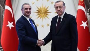 السفير الإسرائيلي الجديد الى تركيا ايتان نائييصافح الرئيس التركي رجب طيب اردوغان، 5 ديسمبر 2016 (courtesy Turkish Presidency)