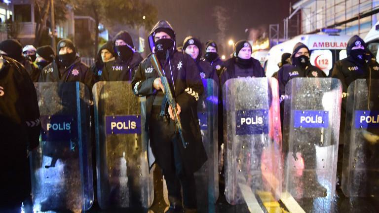 شرطة مكافحة الشغب التركية في ساحة هجوم مسلح بنادي ليلي في اسطنبول، 1 يناير 2017 (Yasin Akgul/AFP)