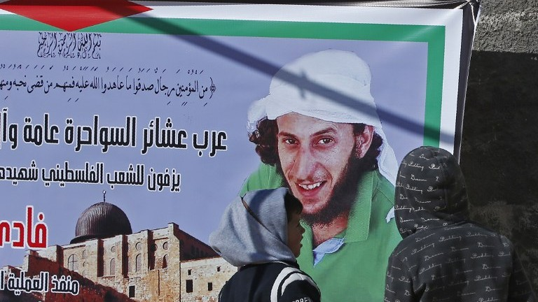 لافتة عليها صورة فادي القنبار، منفذ هجوم الدهس في القدس، في حي جبل المكبر بالقدس الشرقية، 9 يناير 2017 (AHMAD GHARABLI / AFP)
