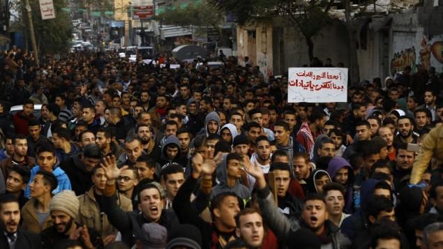 فلسطينيون يشاركون في تظاهرة احتجاجا على أزمة الكهرباء في مخيم جباليا شمال قطاع غزة، 12 يناير، 2017. (AFP / MOHAMMED ABED)