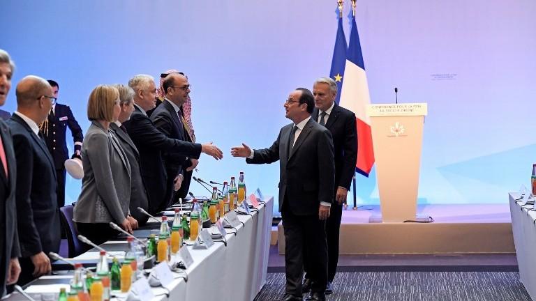 الرئيس الفرنسي فرانسوا هولاند يصافح السفير الروسي الى فرنسا الكساندر اورلوف، بينما يصل مع وزير الخارجية الفرنسي جان مارك آيرولت الى مؤتمر السلام في باريس، 15 يناير 2017 (bertrand GUAY / POOL / AFP)