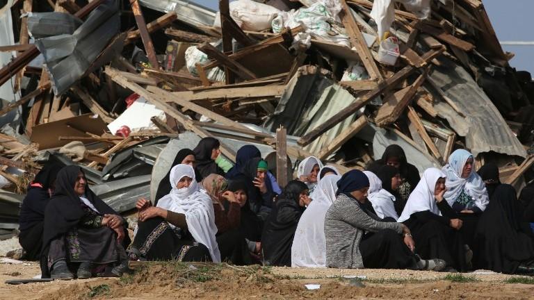 نساء بدويات بعد هدم منازل في قرية ام الحيران البدوية غير المعترف بها، 18 يناير 2017 (AFP Photo/Menahem Kahana)