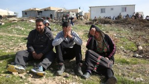 سكان ام الحيران بعد هدم منازل في القرية البدوية غير المعترف بها، 18 يناير 2017 (AFP PHOTO / MENAHEM KAHANA)
