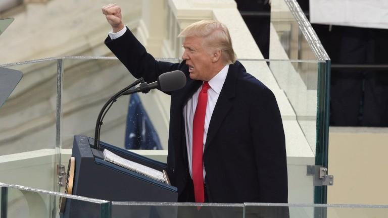 الرئيس الامريكي دونالد ترامب يحي الجماهير بعد ادائه اليمين لتولي الرئاسة في واشنطن، 20 يناير 2017 (TIMOTHY A. CLARY / AFP)