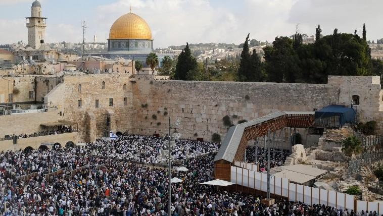آلاف المصلين اليهود يحتشدون في باحة حائط المبكى للمشاركة في 'بركة الكهنةة، 19 اكتوبر 2016 (AFP/ GIL COHEN-MAGEN)