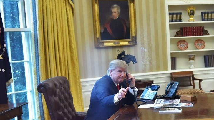 الرئيس الامريكي دونالد ترامب خلال مكالمة هاتفية مع العاهل السعودي الملك سلمان بن عبد العزيز في البيت الابيض 29 يناير 2017 (AFP/ Mandel Ngan)