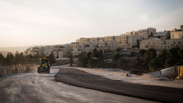 غروب الشمس فوق موقع بناء قريب من حي رمات شلومو في القدس الشرقية، 21 نوفمبر، 2016. (Sebi Berens/Flash90)