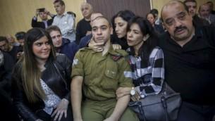 الجندي الإسرائيلي ايلور عزاريا محاط بعائلته وداعميه في المحكمة العسكرية في تل ابيب، 4 يناير 2017 (Miriam Alster/Flash90)