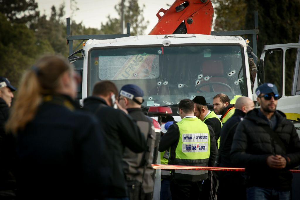 قوات الأمن وطواقم الإسعاف الإسرائيلية في موقع هجوم دهس وقع في القدس في 8 يناير، 2017 (Sebi Berens/Flash90)