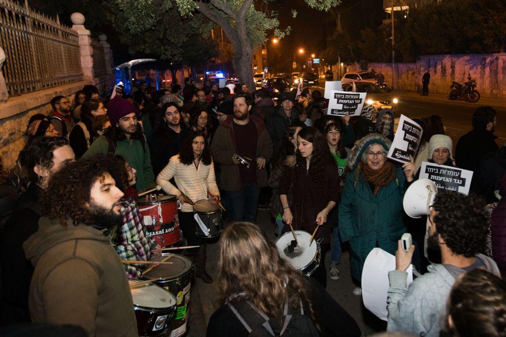 اسرائيليون يشاركون في مظاهرة ضد هدم منازل بدو في قرية ام الحيران غير المعترف بها، امام مكتب رئيس الوزراء في القدس، 18 يناير 2017 (Yonatan Sindel/FLASH90)
