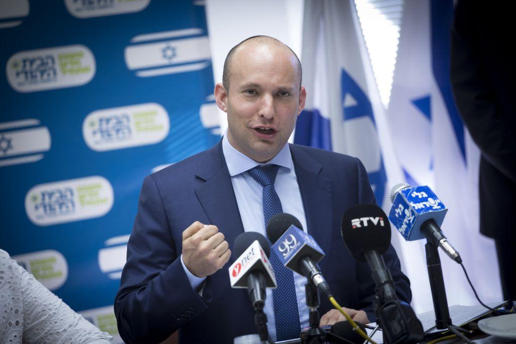 رئيس حزب البيت اليهودي نفتالي بينيت يقود اجتماع للحزب في الكنيست، 23 يناير 2017 (Miriam Alster/Flash90)