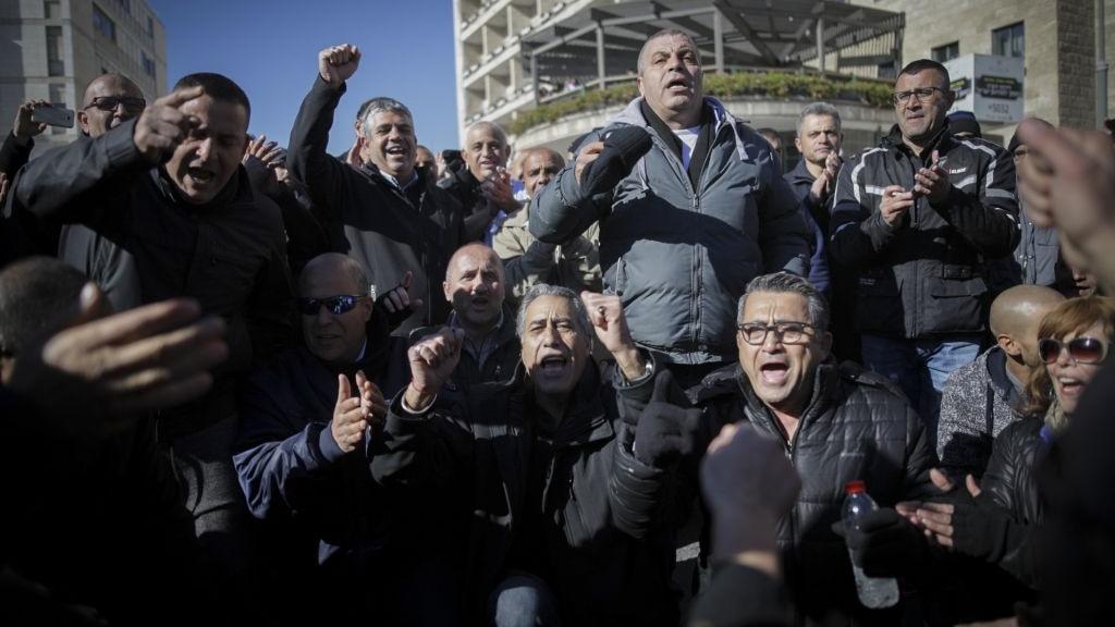 عمال بلدية القدس يتظاهرون ضد تأخير نقل الميزانية السنوية من وزارة المالية، 30 يناير 2017 (Yonatan Sindel/Flash90)