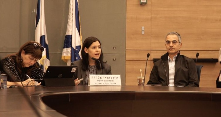 عضو الكنيست كارين الهرار تترأس جلسة للجنة مراقب الدولة في الكنيست للتعامل مع الاحتيال بالخيارات الثنائية، 2 يناير 2016 (Luke Tress/ Times of Israel)