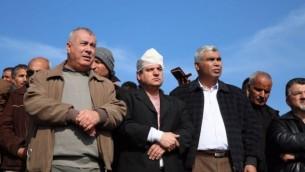 عضو الكنيست أيمن عودة (وسط الصورة) برفقة قادة من الوسط العربي في موقع الإحتجاجات في قرية أم الحيران البدوية، حيث أصيب، الأربعاء، 18 يناير، 2017. (courtesy)