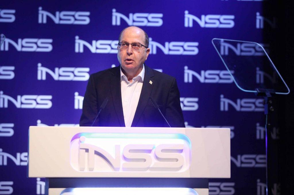 وزير الدفاع السابق موشيه يعالون يتحدث خلال مؤتمر المعهد الإسرائيلي لدراسات الامن القومي في تل ابيب، 24 يناير 2017 (Hen Galili)