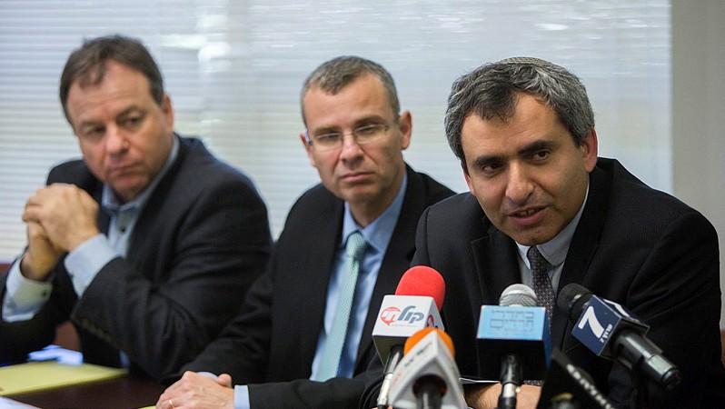 اعضاء حزب الليكود زئيف الكين (يمين) وياريف لفين (الثاني من اليسار) يلتقيان بمسؤولين من حزب البيت اليهودي في الكنيست، 26 مارس 2015 (Yonatan Sindel/Flash90)