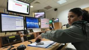 صورة توضيحية لجندية اسرائيلية امام شاشات حاسوب (Nati Shohat/Flash90)