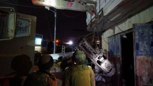 قوات الجيش الإسرائيلي تصادر مخرطة في ورشة غير قانونية لصناعة الاسلحة في الخليل، 12 يناير 2017 (IDF spokesperson)