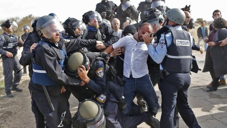 اشتباكات بين عناصر الشرطة الإسرائيلية ورجل بدوي خلال مظاهرات ضد هدم منازل في قرية ام الحيران البدوية غير المعترف بها، 18 يناير 2017 (AFP/AHMAD GHARABLI)