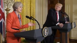 الرئس الأمريكي دونالد ترامب ورئيسة الوزراء البريطانية تيريزا ماي خلال مؤتمر صحفي في البيت الأبيض، 27 يناير، 2017، (AFP/MANDEL NGAN)