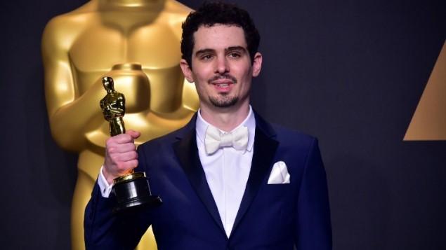 داميين شازيل، مخرج فيلم 'لا لا لاند' بعد فوزه بجائزة افضل مخرج خلال حفل توزيع جوائز الأوسكار في هوليوود كليفورنيا، 26 فبراير 2017 (FREDERIC J. BROWN / AFP)
