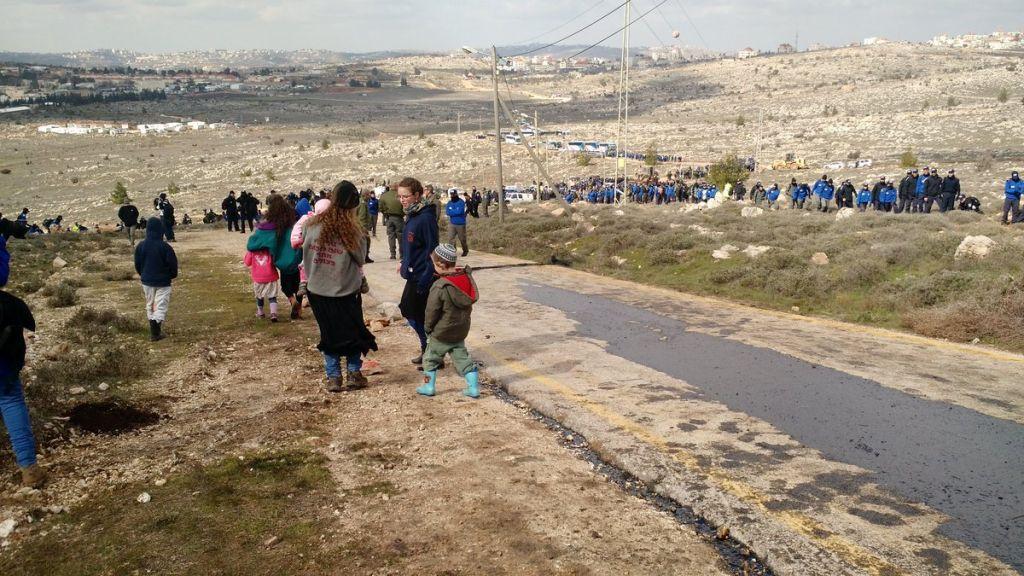 اهالي من سكان بؤرة عامونا الاستيطانية يرسلون اطفالهم لمستوطنة عوفرا المجاورة قبل عملية اخلاء البؤرة الاستيطانية، 1 فبراير 2017 (Judah Ari Gross/Times of Israel)