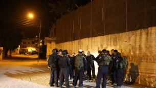 جنود اسرائيليين يحرسون رجال يهود يصلون في مجمع قبر يوسف في نابلس، 10 يونيو 2013 (Yaakov naumi / Flash90)