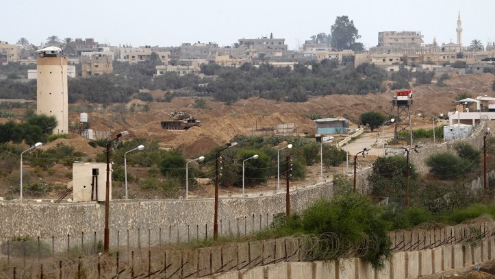 برج مراقبة مصري في رفح، على الحدود مع قطاع غزة، يوليو 2013 (Abed Rahim Khatib/Flash90)
