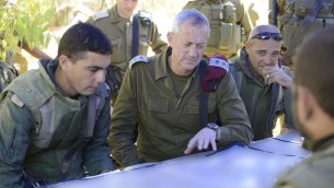 رئيس هيئة اركان الجيش بيني غانتس يزور جنود بالقرب من الحدود الشمالية لقطاع غزة، 26 يوليو 2014 (IDF Spokesperson/Flash90)