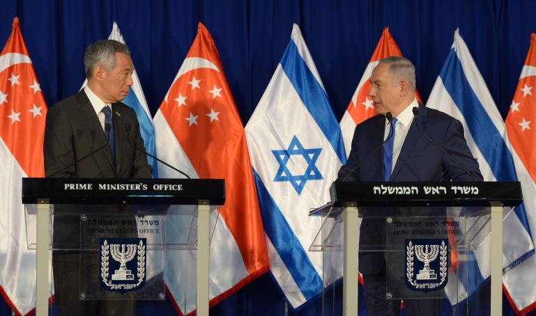 رئيس الوزراء بينيامين نتنياهو خلال مؤتمر صحفي مشترك مع نظيره السنغافوري لي هسين لونغ في ديوان رئيس الوزراء في القدس، 19 أبريل، 2016 (Haim Zach / GPO)