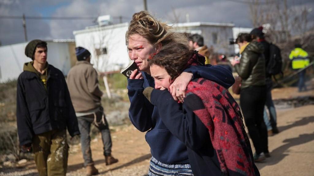 فتيات اسرائيليات خلال عملية اخلاء بؤرة عامونا الاستيطانية في الضفة الغربية، 1 فبراير 2017 (Hadas Parush/Flash90)