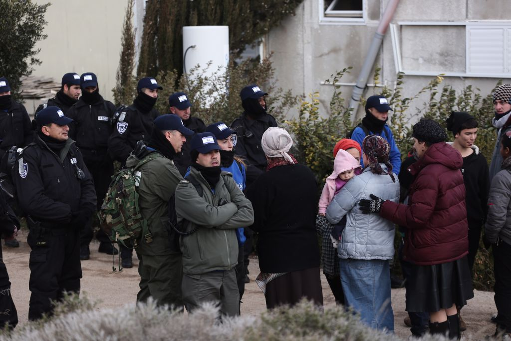 عناصر الشرطة خلال عملية اخلاء بؤرة عامونا الاستيطانية في الضفة الغربية، 1 فبراير 2017 (Miriam Alster/Flash90)