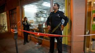 عناصر الشرطة امام حانوت خياطة حيث قام معتدي فلسطيني باطلاق النار على حافلة في بيتاح تيكفا، 9 فبراير 2017 (Flash90)