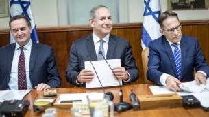 رئيس الوزراء بينيامين نتنياهو يترأس الجلسة الأسبوعية للحكومة في القدس، 12 فبراير، 2017. (Emil Salman/POOL/Flash90)