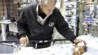 ميخائيل دافيدسون (70 عاما) إسرائيلي يتحدث اللغة الأدرية هاجر من الهند في عام 1978، يقف إلى جانب سرير يعقوب، طفل يبلغ من العمر سنتين وتم إنقاذ حياته في إسرائيل، 23 فبراير، 2017. دافيدسون ساعد في الترجمة للعائلة. (Dov Lieber/Times of Israel)